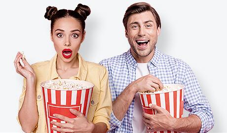 אנשים צופים בסרט ואוכלים פופקורן